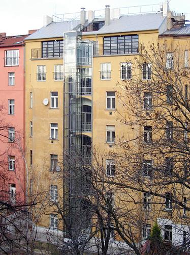 Půdní nástavby činžovního domu na Praze 2