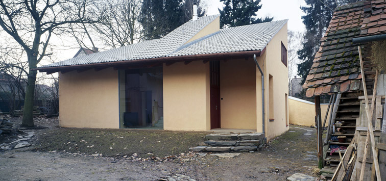 Adaptation of a country house and new construction of a family house in Dobřejovice